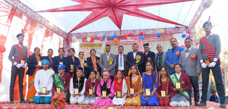 CHIEF GUEST VIKAS SHUKLA SDM ARKI ALONG WITH MERITOROUS STUDENTS DURING ANNUAL FUNCTION 2019