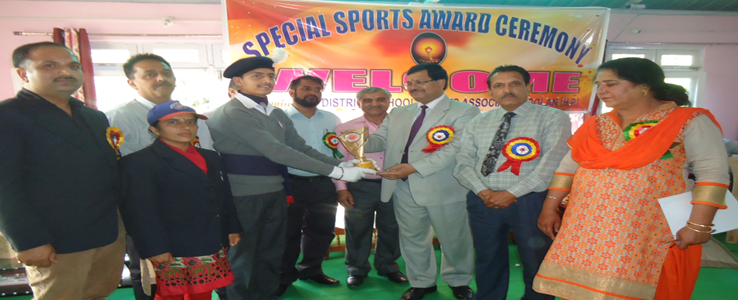 Director of Higher Education HP Honoured NSS Volunteer Akhil Parihar